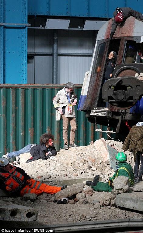 Οι επιζώντες αρθεί από κάτω από ένα φορείο