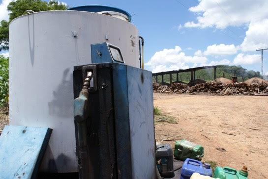 Tanque de óleo diesel ficava próximo a fornos de carvão onde trabalho escravo foi flagrado (Foto: Stefano Wrobleski)
