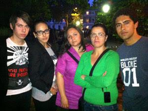 O brasileiro Victor Almeida (à esquerda) foi ao local com familiares (Foto: Pedro Caiado/G1)