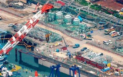 Construcción de barreras de contención en la central de Fukushima para evitar que se filtre el agua radiactiva al mar.