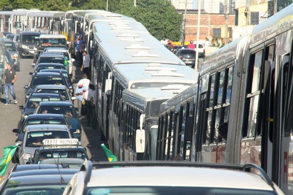 Na última quinta-feira, rodoviários pararam os ônibus, na Ribeira e Quintas, por três horas bloqueando vias e deixando usuários a pé