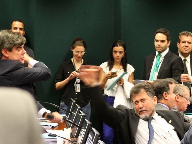 Briga entre deputados no Conselho de Ética (Foto: Charles Sholl/Futura Press/Estadão Conteúdo)