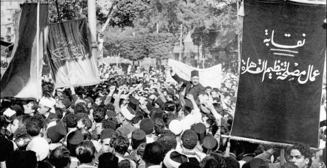 Foto del 16 de diciembre de 1947 del presidente de la Asociación de Hombres Jóvenes Musulmanes, Saleh Harb Pasha, llevado a hombros de algunos de sus seguidores durante una gran manifestación en El Cairo contra la decisión de las Naciones Unidas de dividi