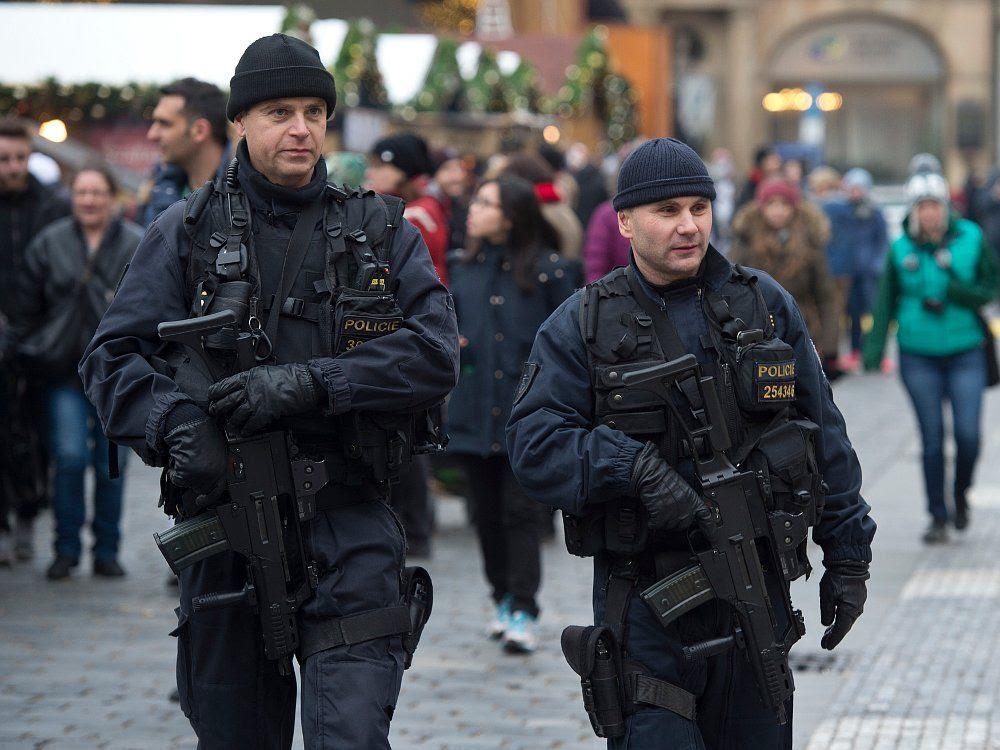 Картинки по запросу фото патруль с автоматами в Праге