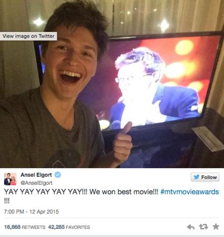 Ansel Elgort Toma Selfie na frente de John Green