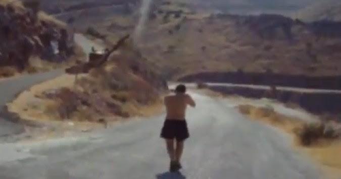 Ημίγυμνος ο Κασιδιάρης πυροβολεί πινακίδες (VIDEO)