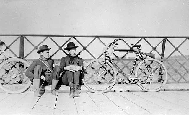 http://stuffaboutminneapolis.tumblr.com/post/122000103799/fred-and-arthur-roach-with-bicycles-on-bridge