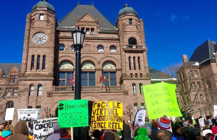 Des étudiants se sont mobilisés jeudi à Ottawa pour réclamer une université francophone.