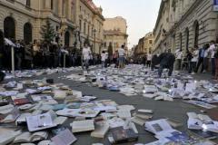 """Mii de cărţi lăsate, """"la întâmplare"""" pe stradă, drept invitaţii la Festivalul Internaţional de Carte Transilvania"""