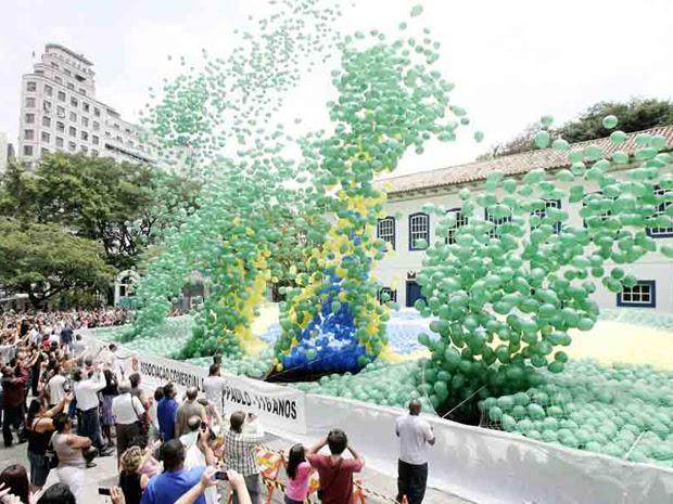 Bandeira com balões comemora ano novo em SP