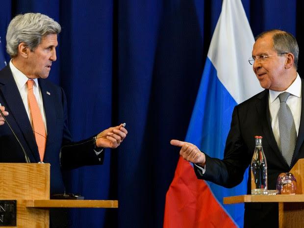 O secretário de Estado americano, John Kerry, e o ministro russo das Relações Exteriores, Sergey Lavrov, anunciam acordo sobre a Síria em Genebra, na Suíça, na sexta (9) (Foto: Fabrice Cofrini/AFP)