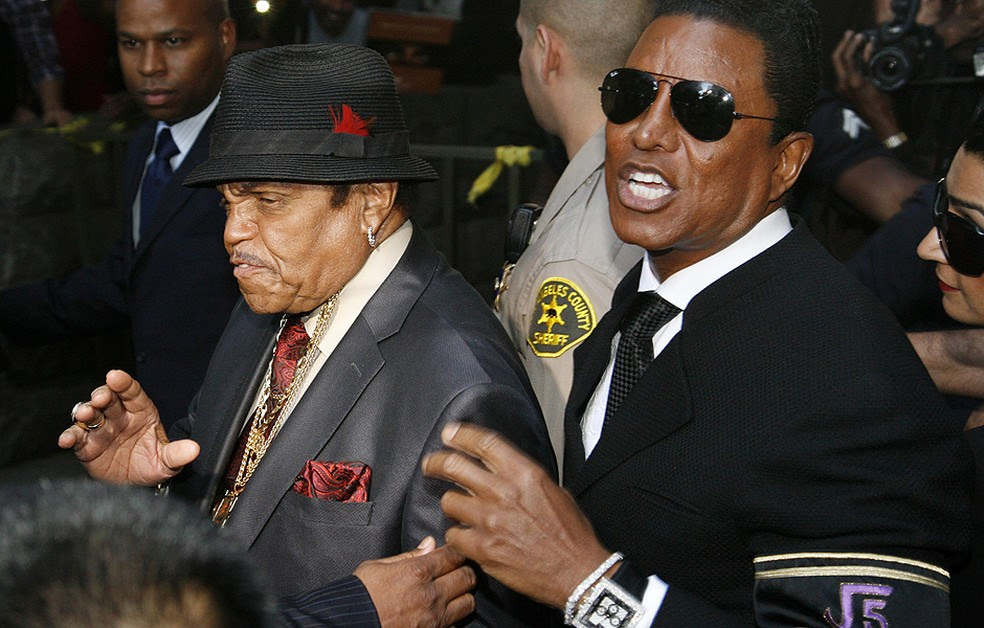 Joe Jackson, de chapéu, ao lado de Jermaine Jackson, irmão de Michael (Foto: Reuters)