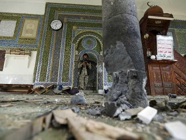 Duplo atentado deixa mortos e feridos em mesquita no Iêmen (Foto: Khaled Abdullah / Reuters)