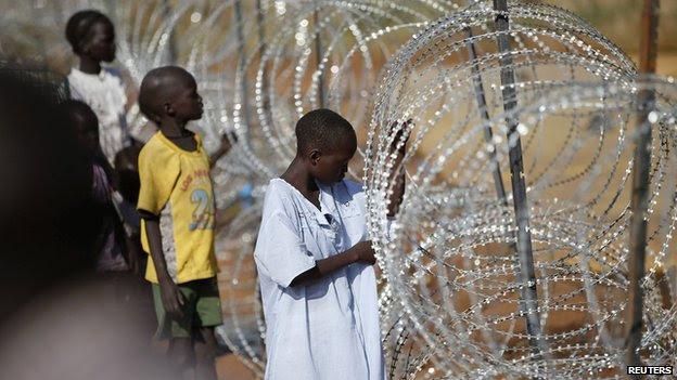 Meninos dentro do complexo da ONU em Juba (19 dezembro de 2013)