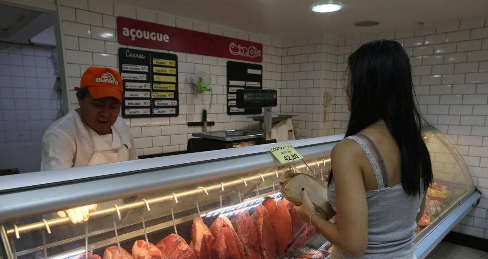 Una mujer compra carne en Río de Janeiro (Brasil), este viernes.