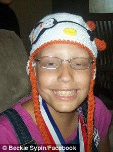 Criativo: a filha de Beckie Sypin do Kin Inich, 12, abraçou-a perda de cabelo com uma atitude positiva, mesmo incentivando seus amigos a desenhar na cabeça