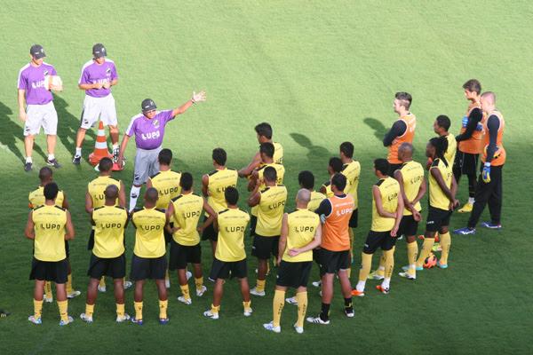 O técnico do ABC, Givanildo Oliveira conversou bastante com os jogadores mostrando a importância de uma vitória contra o Bahia