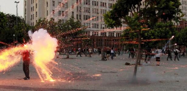 Cinegrafista da Band é ferido por explosivo na cabeça, durante ato na Central do Brasil, no centro do Rio
