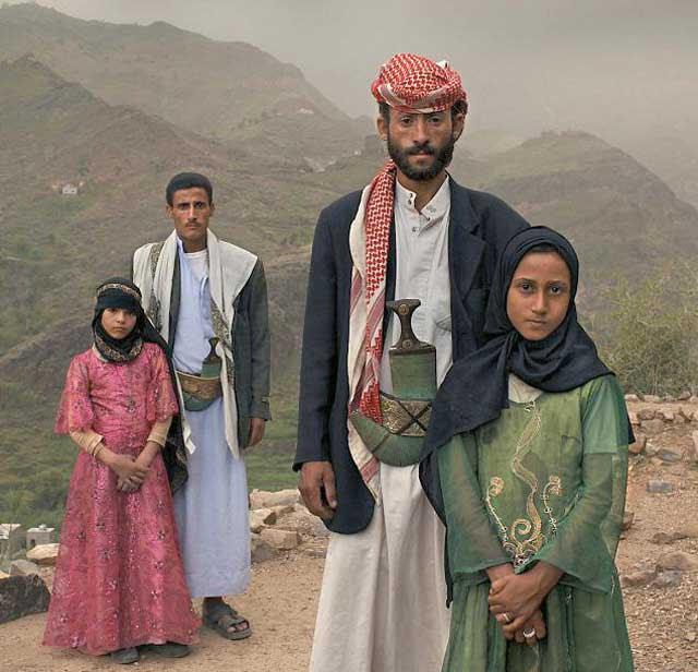 دو نمونه از ازدواج با کودکان در افغانستان و پاکستان  با قانون شریعت و زیر پرچم آخوند. در این جا در سمت راست ازدواج مرد ۴۰ سال با دختر ۱۱ ساله  را به خوبی نشان می دهد.