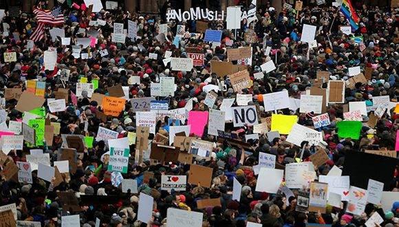 En importantes ciudades de los Estados Unidos, la gente ha salido a las calles para demostrar su descontento con la orden ejecutiva de Donald Trump que impone reglas especiales en la admisión de personas de países con mayoría musulmana. La imagen es de Boston. Foto: Brian Synder/ Reuters.
