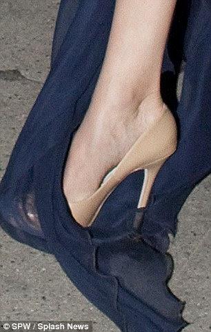 Não como uma combinação perfeita: No início da noite, os sapatos Jimmy Choo e um vestido até o chão correu perfeitamente, mas como viagens de Angelina seu calcanhar pode ser visto rasgando seu vestido