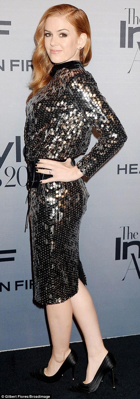 estrela brilhante: Isla Fisher brilhou no tapete vermelho em um pequeno vestido preto de paetês