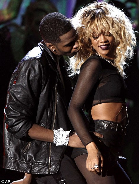 Racy: Rihanna fez uma performance sensual no Grammy Awards dois anos após uma violenta discussão com o então namorado Chris Brown a obrigou a sair de um desempenho planejado