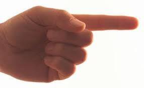 A hipocrisia de quem aponta o dedo