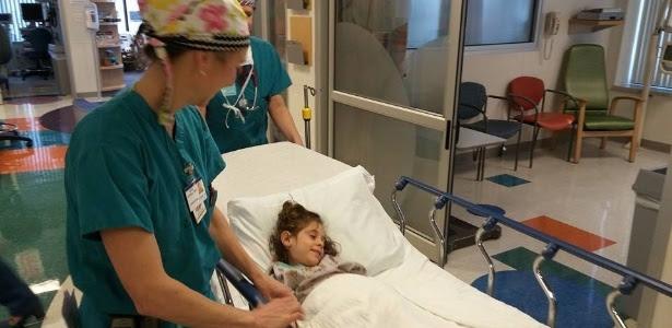 A menina Júlia Marcheti Ferraz é levada para a sala de cirurgia no Saint Louis Children's Hospital, nos EUA, nesta sexta-feira (6). Operação foi bem-sucedida