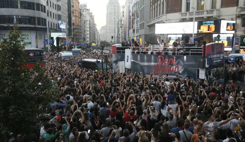 Dani Martín ha actuado en directo desde su autobús en la plaza de Callao.