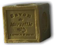 Un cube de savon de Marseille, produit 100% végétal dans sa recette traditionnelle.