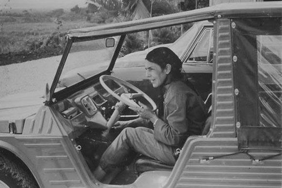 Celia Sánchez conduciendo un jeep.