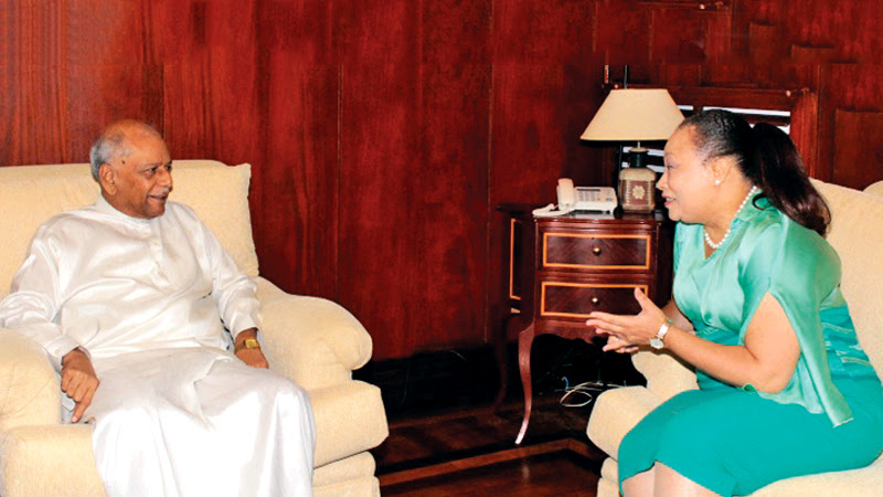 Outgoing South African High Commissioner in Colombo Robina P. Marks called on Foreign Affairs Minister Dinesh Gunawardena at the Foreign Ministry on Thursday.