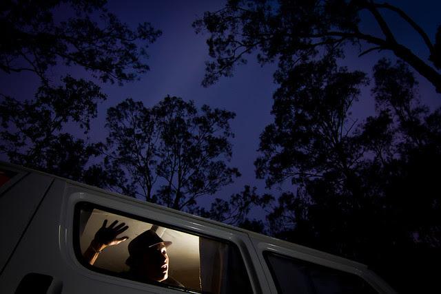 Au milieu de la forêt d'eucalyptus, renmplie de moustiques