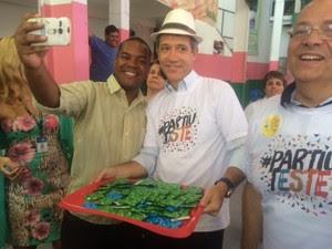 Ministro da Saúde tira selfie com camisa da campanha (Foto: Janaína Carvalho / G1)