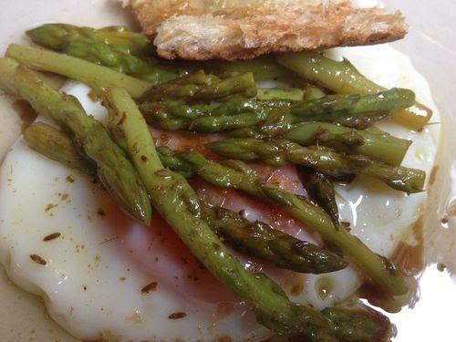 Huevo frito con espárragos trigueros escabechados y cominos en Sacha
