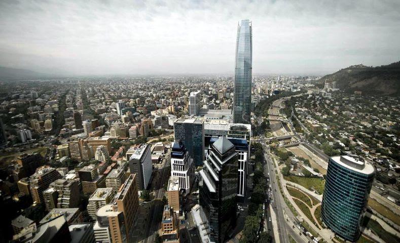 Chile, que tem uma classificação de coeficiente de Gini de 50,5, permanece altamente desigual em termos de renda, educação e bem-estar social.  Foto da skyline em Santiago, Chile.