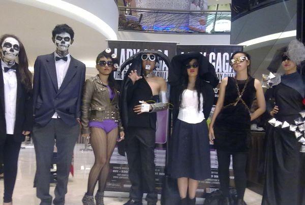 Fans mengenakan pakaian Lady Gaga saat antre (foto: Rama Narada Putra/okezone)