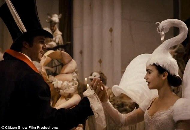Um caso pródigo: Branca de Neve (Lily) eo Príncipe de dança (Armie Hammer) juntos no baile de máscaras em