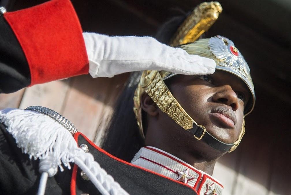 N.T., primeiro negro a entrar na guarda de elite da Presidência da Itália (Foto: Presidência da Itália/Divulgação)