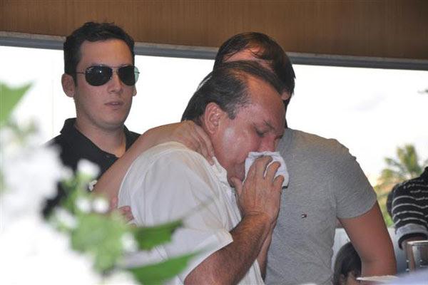 George, irmão de Gustavo, consolou o pai, durante o velório