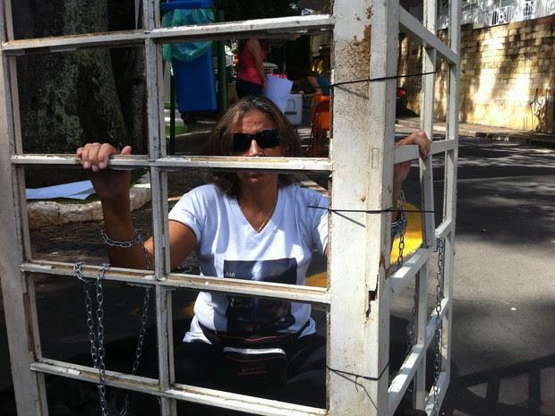 Ativista simulou estar presa em uma jaula no protesto em Campinas (Foto: Leandro Filippi / G1)