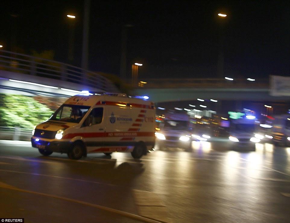 Ambulâncias correr para o aeroporto depois das explosões na terça-feira à noite, em que 239 pessoas - incluindo estrangeiros - foram feridos