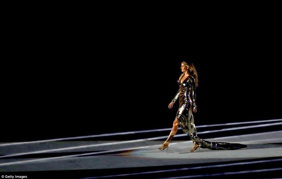 O modelo, que é brasileiro, voou de volta para seu país de origem para aparecer na cerimônia de abertura dos Jogos Olímpicos Rio 2016