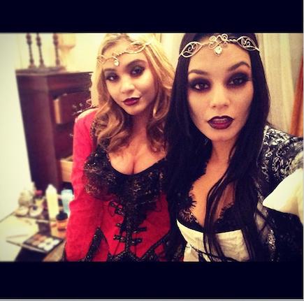 Vanessa Hudgens e 'Stella' vestidas para Halloween (Foto: Reprodução / vanessahudgensofficial.com)