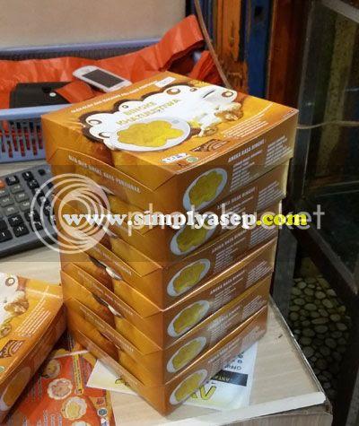 BINGKE BERENDAM :  Satu set terdiri atas 6 pack Bingke Berendam aneka rasa yang kami bawa sebagai oleh oleh untuk keluarga di Bekasi dan Bogor. Dikemas sederhana dan siap angkat.  Tahan sampai sore.. Foto Asep Haryono