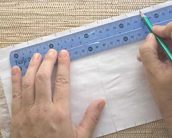 Divida em partes iguais o alto e a base do papel