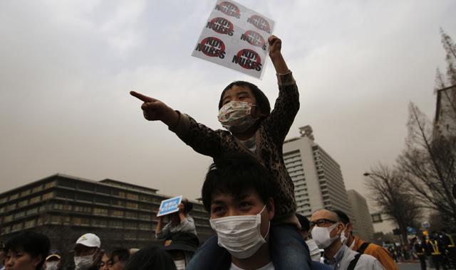 Manifestantes en Tokio pidiendo el cierre de las centrales nucleares.
