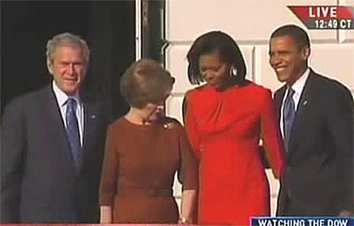 Laura Bush consultando o relógio em público