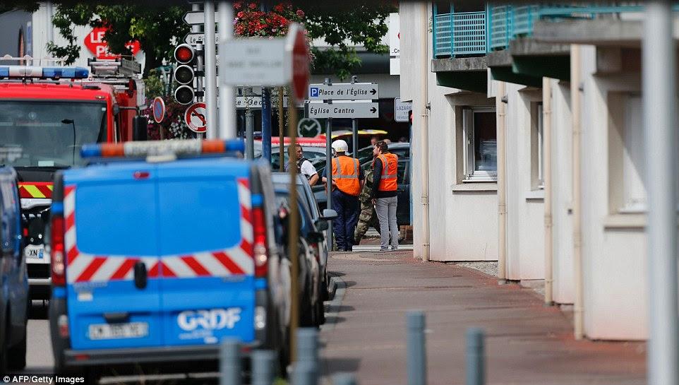 autoridades francesas admitiram que tanto Kermiche e seu parceiro estavam sujeitos à segurança de arquivos 'S', significando que eles eram conhecidos suspeitos de terrorismo que deveriam estar sob vigilância